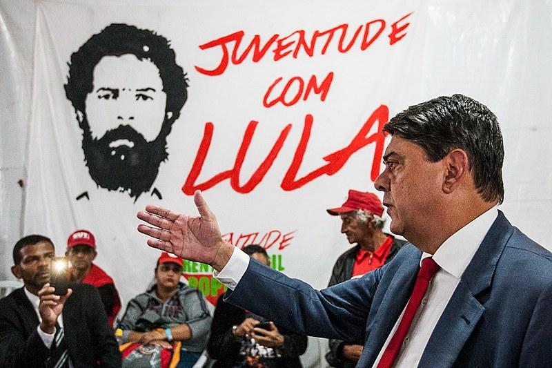 Wadih Damous fala à militância da Vigília Lula Livre, em Curitiba