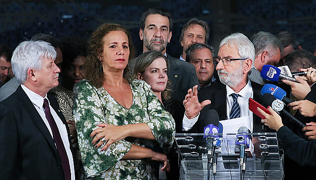 Deputados de oposição durante coletiva de imprensa nesta terça-feira (18), na Câmara