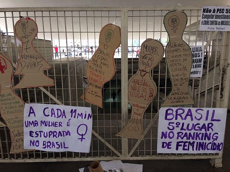 Cartazes de ato do Dia Latino-Americano e Caribenho de Luta Contra a Violência às Mulheres, em São Paulo (SP), nesta sexta (25)