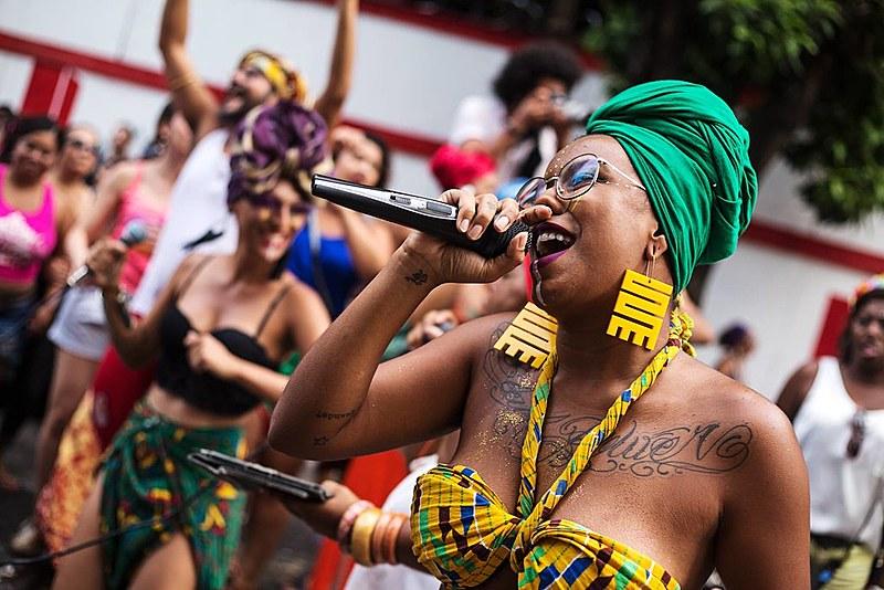 Um encontro de blocos afro na Praça da Estação vai oficializar a abertura do carnaval em BH. Na foto, a cantora e MC Ohana Santana