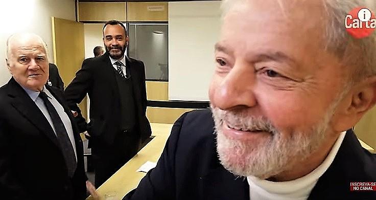 Lula cumprimenta cinegrafista da Carta Capital antes do início da entrevista