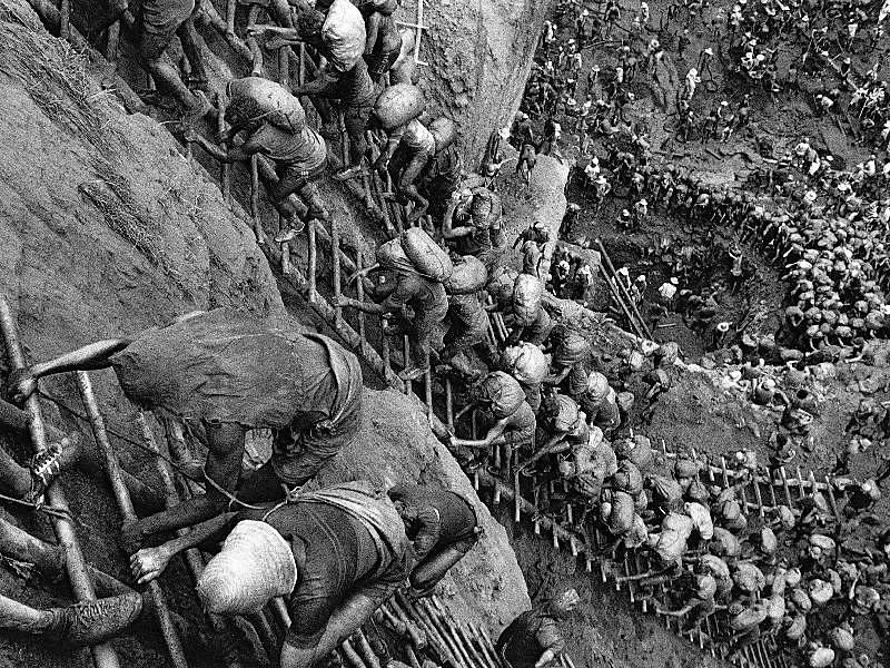 Trabalhadores no garimpo de Serra Pelada, em Curionópolis no estado do Pará, nos anos 1980