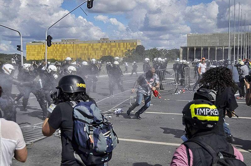 """""""A grande mídia se utiliza de casos de depredação do patrimônio público para criminalizar o povo em luta"""""""