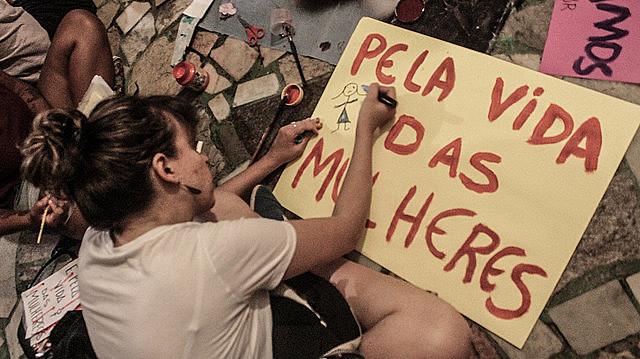 Mulheres preparam no Rio de Janeiro cartazes para ato do dia das mulheres