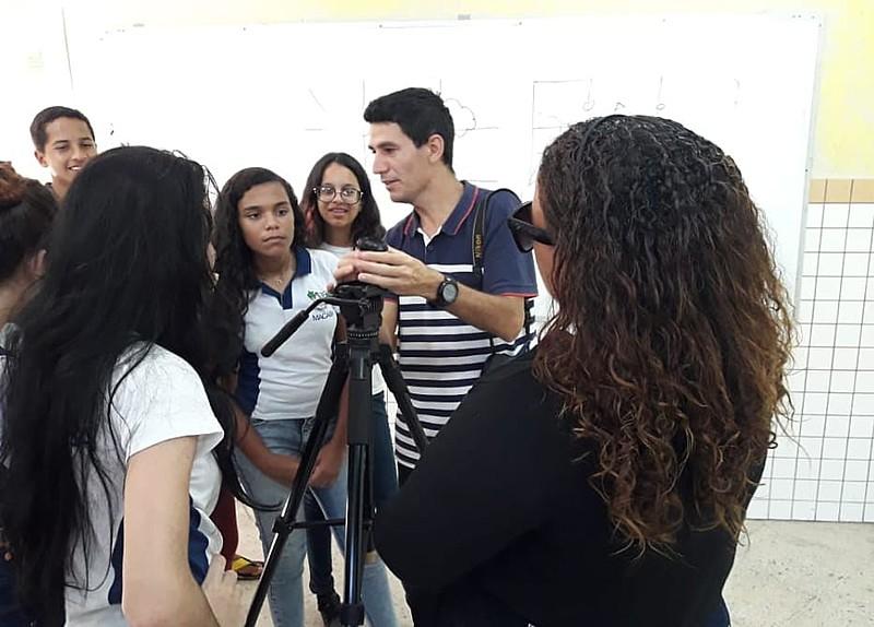 São realizadas aulas de fotografia, diagramação e comunicação