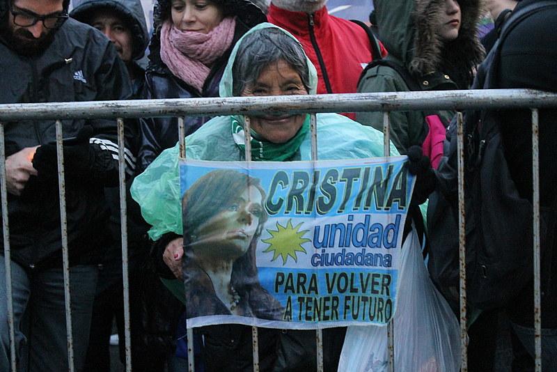 Senhora segura cartaz em apoio à Cristina Kirchner durante marcha na Praça de Maio, em agosto de 2018