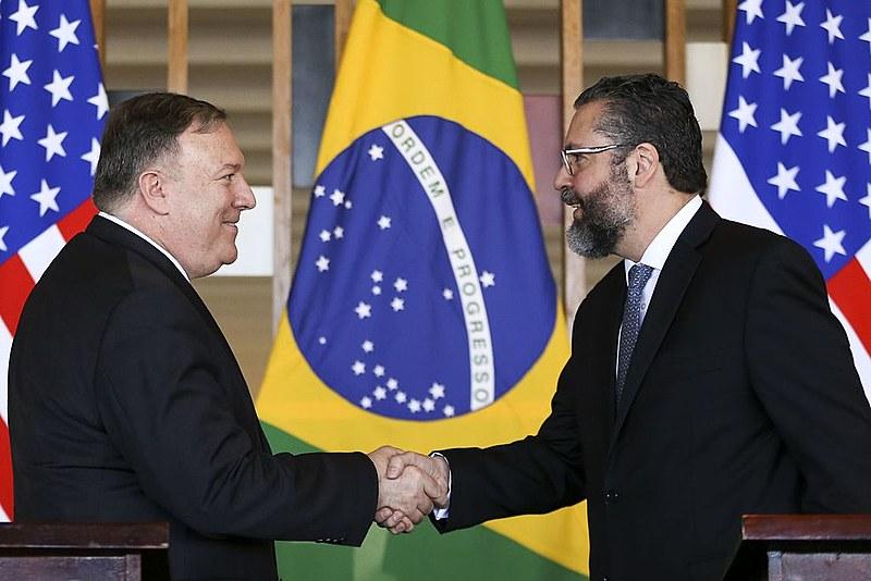 Secretário de Estado americano, Mike Pompeo (esq.), cumprimenta o chanceler brasileiro Ernesto Araújo
