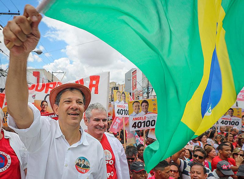 Haddad durante seu último ato de campanha no primeiro turno, na Bahia