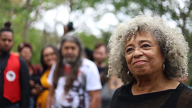 Angela Davis sembró un plantón como acto simbólico por su apoyo al MST y a la Escuela Nacional Florestan Fernandes (ENFF)