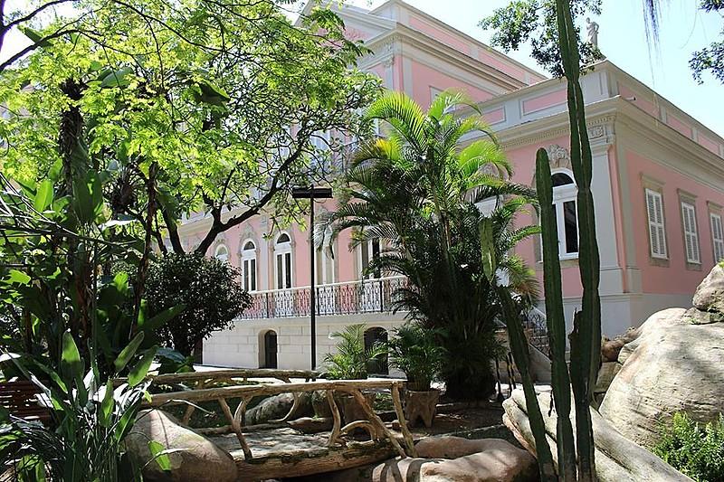A Casa de Rui Barbosa foi criada em 1928; a instituição possui umacervo privado de 130 escritores brasileiros