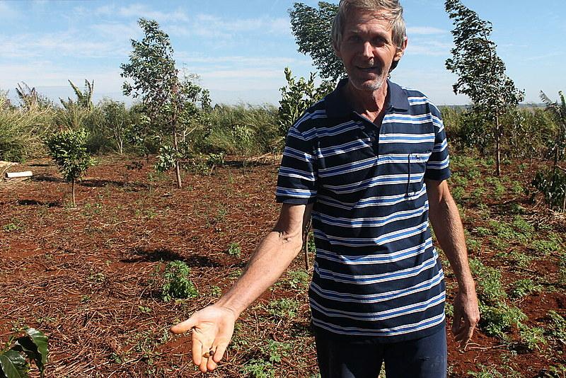 """""""Acredito que alguns problemas como dores de cabeça, pressão alta, sejam resultado dessa época [em que usava veneno]"""", diz Artemio Cardoso Mayer, agricultor que deixou de utilizar agrotóxicos."""