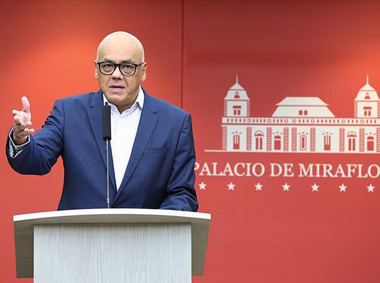 Ministro Jorge Rodríguez divulgou, em rede nacional, provas da venda ilegal de armas por homens ligados ao líder opositor Juan Guaidó