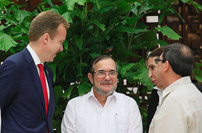 """Londoño (ao centro), conhecido como """"Timochenko"""", durante as negociações de paz ocorridas em Cuba durante 2016"""