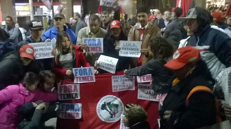 Os manifestantes se reuniram na Esquina Democrática, tradicional ponto gaúcho de manifestações populares