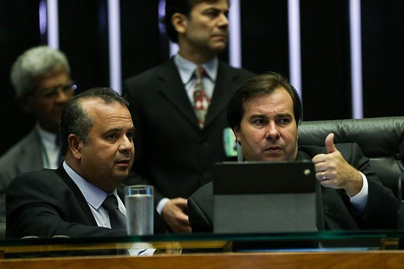 Relator do novo marco e relator Reforma Trabalhista, Rogério Marinho, ao lado do presidente da Câmara dos Deputados, Rodrigo Maia