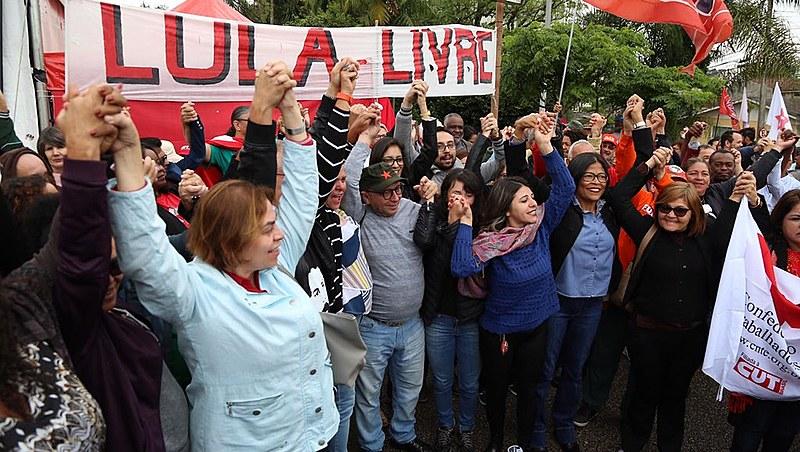 Militantes da Vigília Lula Livre devem esperar saída de Lula e seguir para o prédio da Justiça Federal