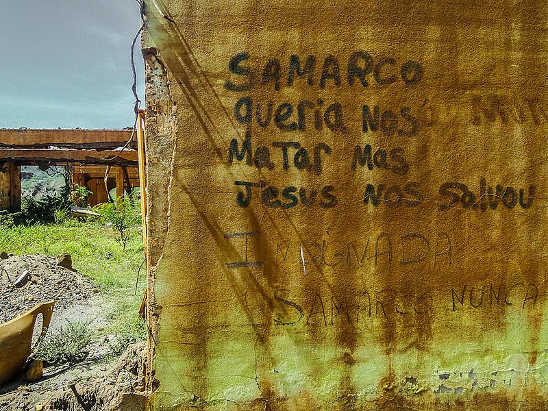 Pichação deixada por moradores nos escombros de suas residências em Mariana (MG)
