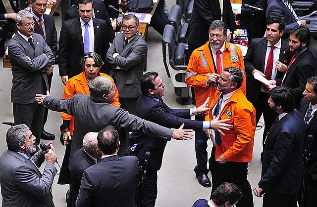 Legisladores oficialistas y de la oposición discuten en plenario durante la votación de la propuesta