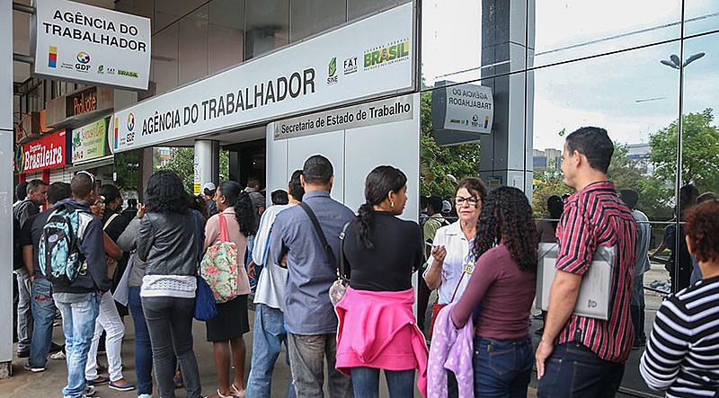 Taxa média de desocupação é de 12,7%, mas entre jovens ela sobe para 27,3%, segundo IBGE