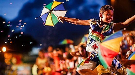 Na música, a tradição na folia de momo preserva manifestações culturais datadas do período colonial