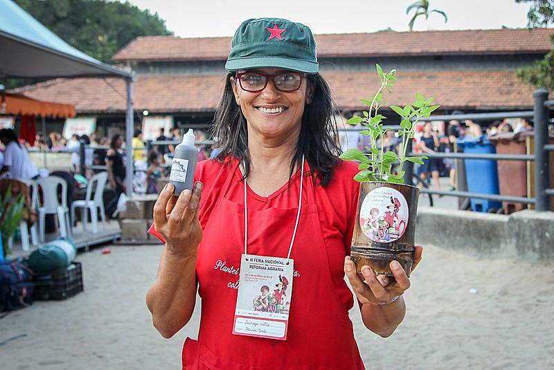 Sanuza Motta exibe os produtos fitoterápicos que produz em seu assentamento