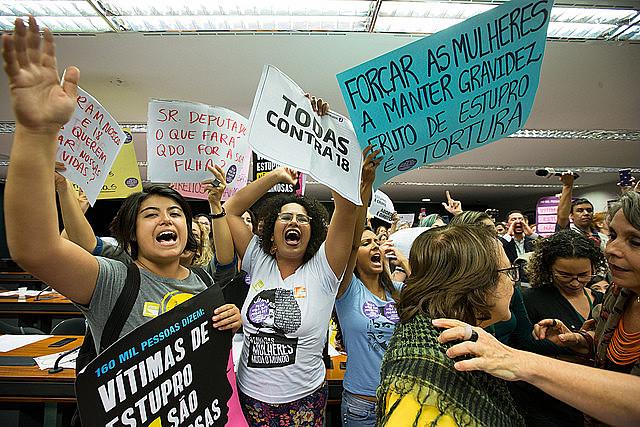 Mulheres protestam contra a PEC 181 durante sessão da comissão que analisa a matéria na Câmara Federal