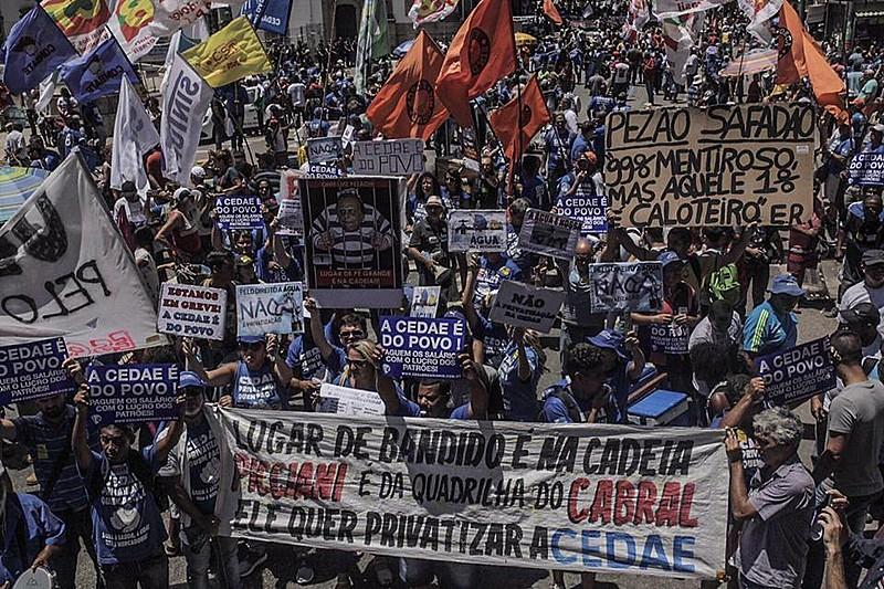 Milhares de trabalhadores protestaram, no centro do Rio, contra a privatização da empresa de saneamento, a Cedae