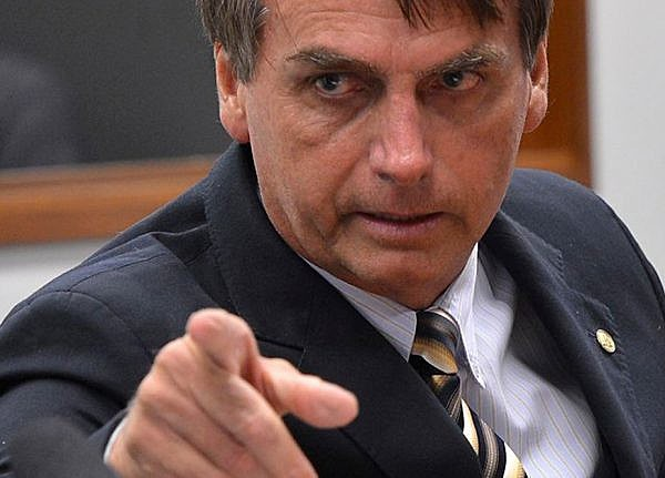 Bolsonaro faz manobras para enfraquecer as instituições exatamente como agiram os ditadores fascistas.