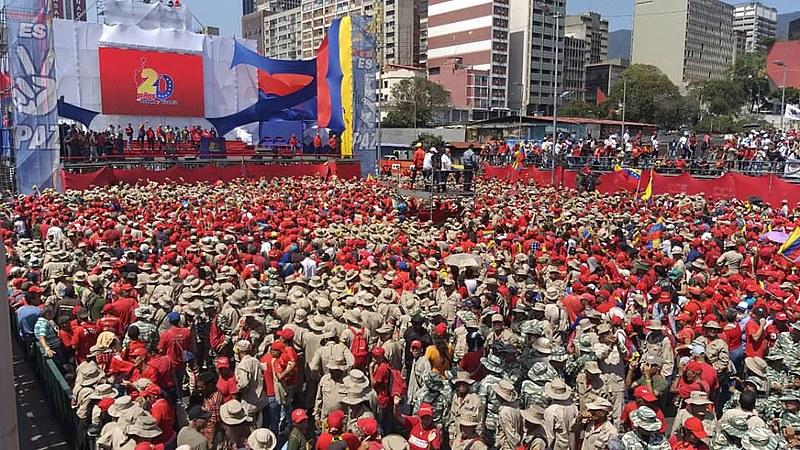 Apoiadores de Maduro se concentraram na Avenida Bolívar, em Caracas, neste sábado (02)