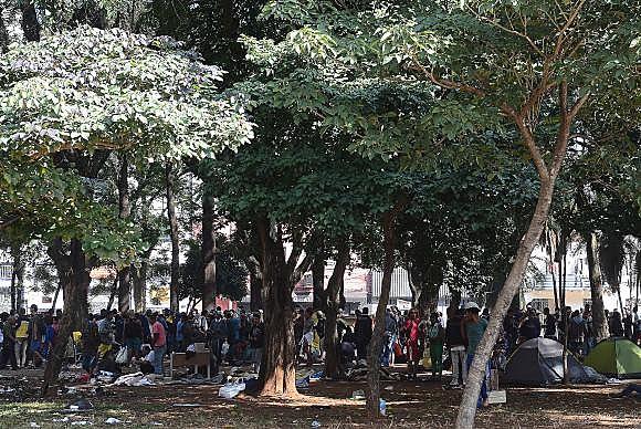 Em São Paulo, usuários de drogas se concentram na Praça Princesa Isabel, após ações de desocupação da Cracolândia