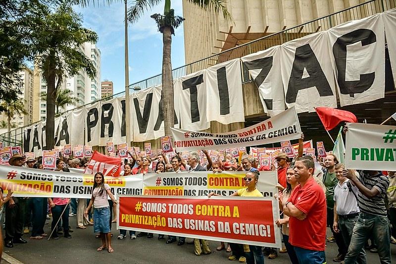 Ato contra o leilão das usinas, realizado nesta quarta (27) em Belo Horizonte (MG)