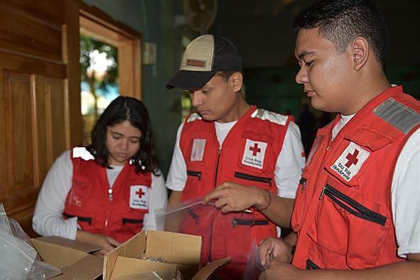 Voluntários da Cruz Vermelha em ação.