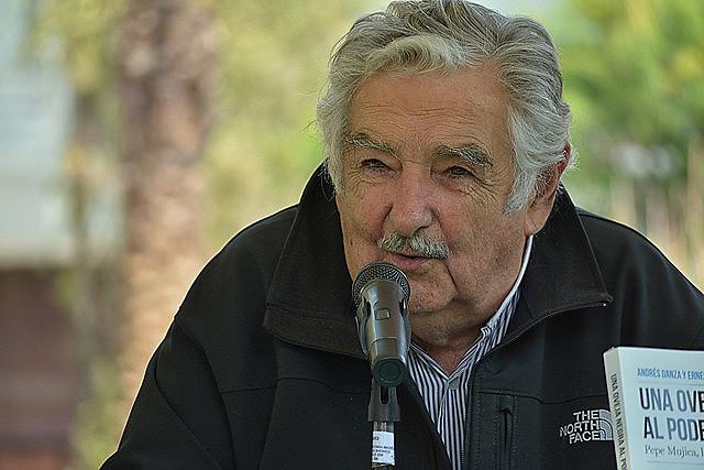 Mujica abriu mão de subsídio que teria direito ao renunciar ao Senado.