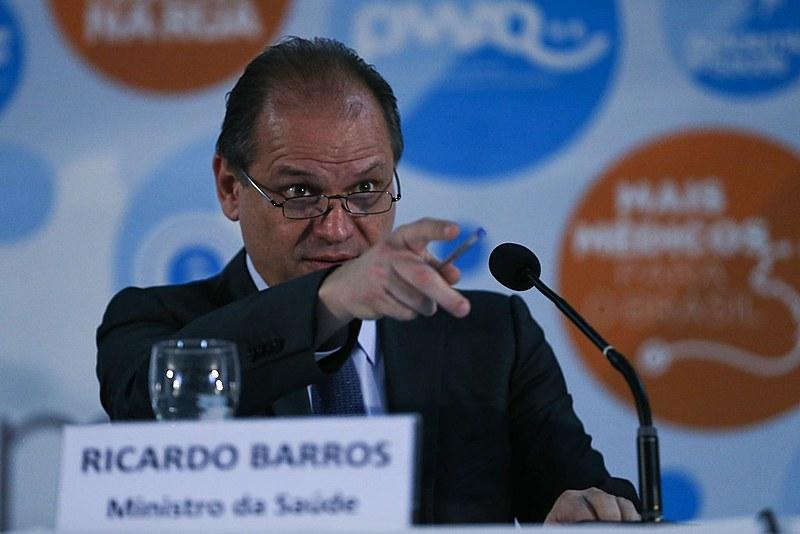 """Ricardo Barros anuncia que, como a """"fila"""" do SUS é grande, cabem aos Planos de Saúde ajudar na assistência à população"""