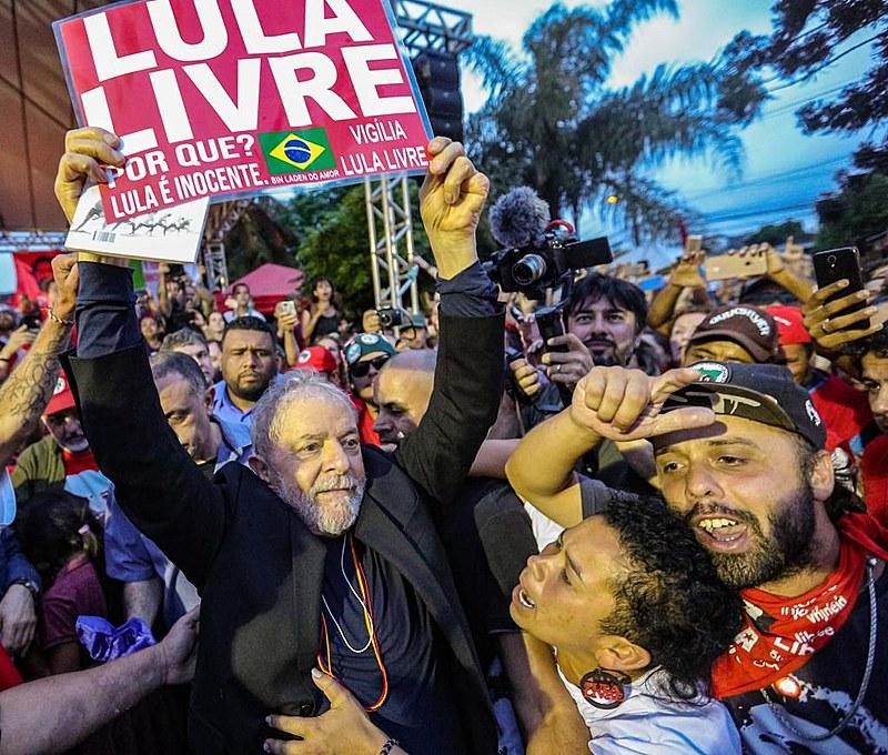 """""""Lula vem na direção do palco. Chega no atropelo dos abraços. Sobe. Confusão. Fazia sol. Nossos corações mais leves. Muitos ali choravam"""""""