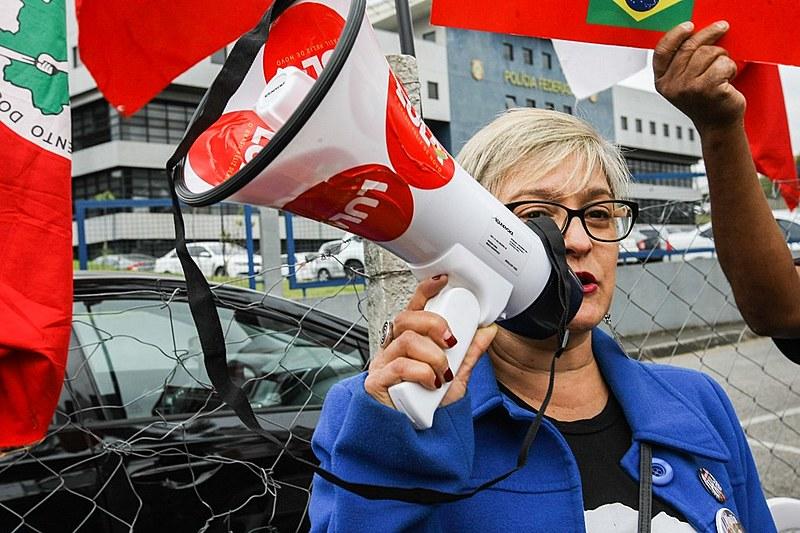 O boa tarde ao Presidente Lula desta terça-feira (24) , em frente à Superintendência da Polícia Federal em Curitiba-PR