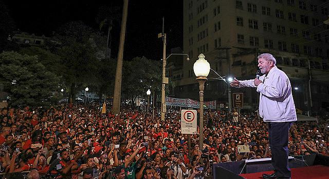 El ex presidente Lula da Silva, del Partido de los Trabajadores (PT) inició este lunes (4) la tercera etapa de la caravana Lula por Brasil