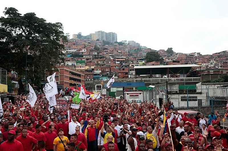Bairros populares de maioria chavista são alvo de ataques de grupos opositores, denuncia jornalista brasileira radicada em Caracas