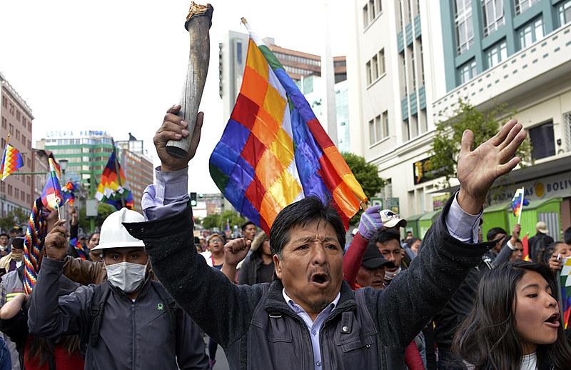 Apoiadores de Evo Morales marcham nos arredores do Congresso em La Paz, Bolívia, nesta terça-feira (12).