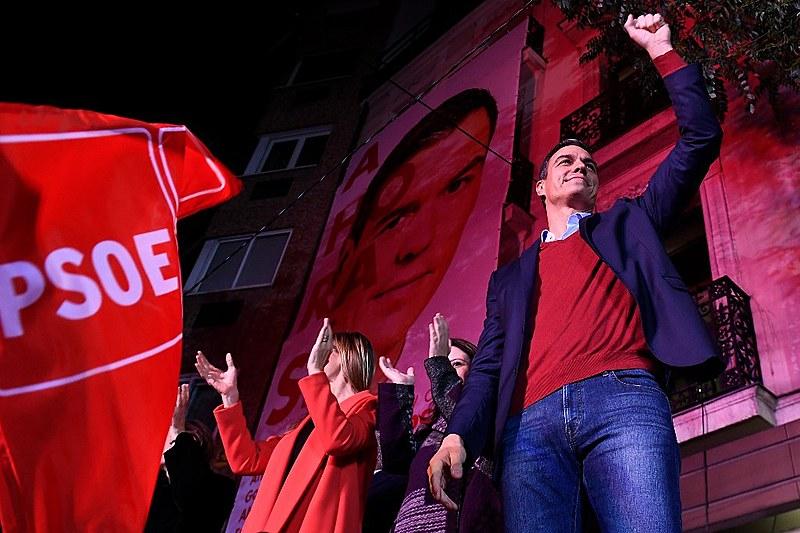 O líder do PSOE, Pedro Sánchez, comemora a vitória do partido de centro-esquerda nas eleições do dia 10 de novembro