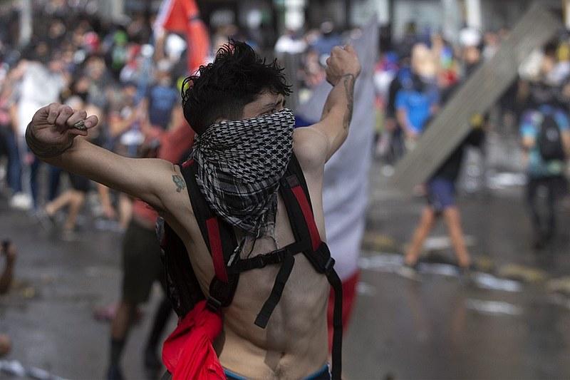 """Manifestante chileno enfrenta tropas do governo: """"Piñera não deve governar"""""""