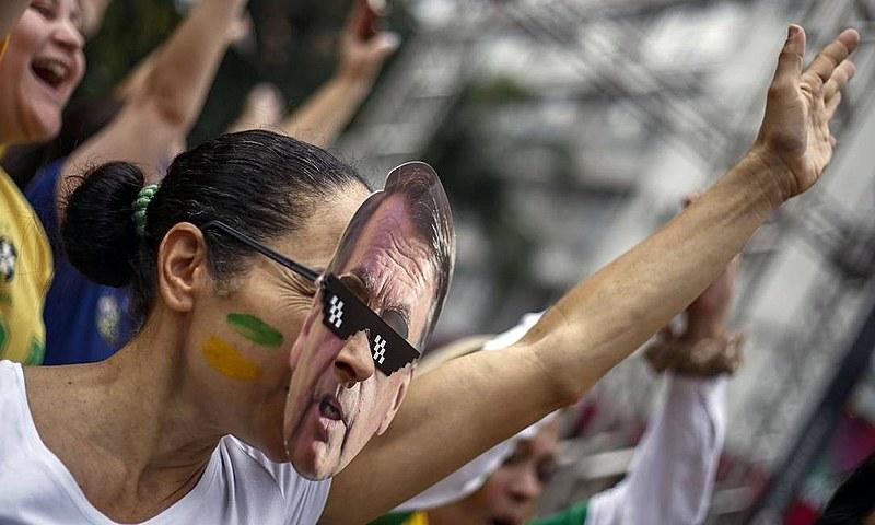 Manifestante protesta com a máscara do presidente Jair Bolsonaro (PSL)