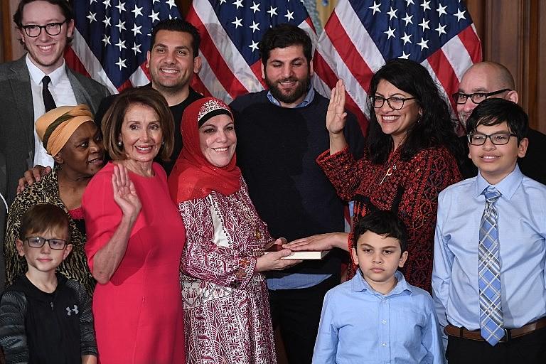 Democrata Nancy Pelosi (de rosa à esquerda) tomou posse como presidenta da Câmara nos EUA
