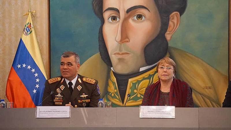 Bachelet, ao lado do ministro da Defesa, Vladimir Padrino López, um dos principais líderes dentro do governo Maduro