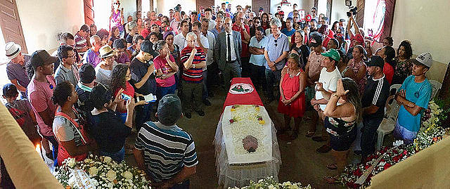 """Familiares, amigos y activistas reunidos en el funeral de José Bernardo da Silva """"Orlando"""""""