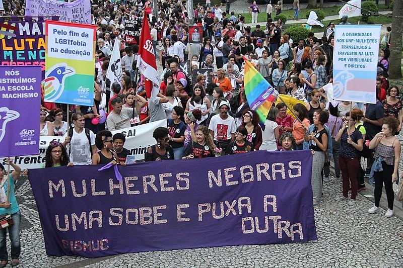 Protesto começou na praça Santos Andrade, no centro de Curitiba