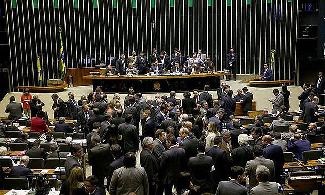 La sesión de votación del decreto de intervención militar empezó el lunes por la noche y se extendió hasta la madrugada de este martes