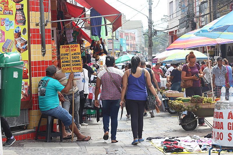 O Largo 13 de Maio, em São Paulo, possui grande concentração de trabalhadores ambulantes, que vendem desde roupas até frutas do nordeste