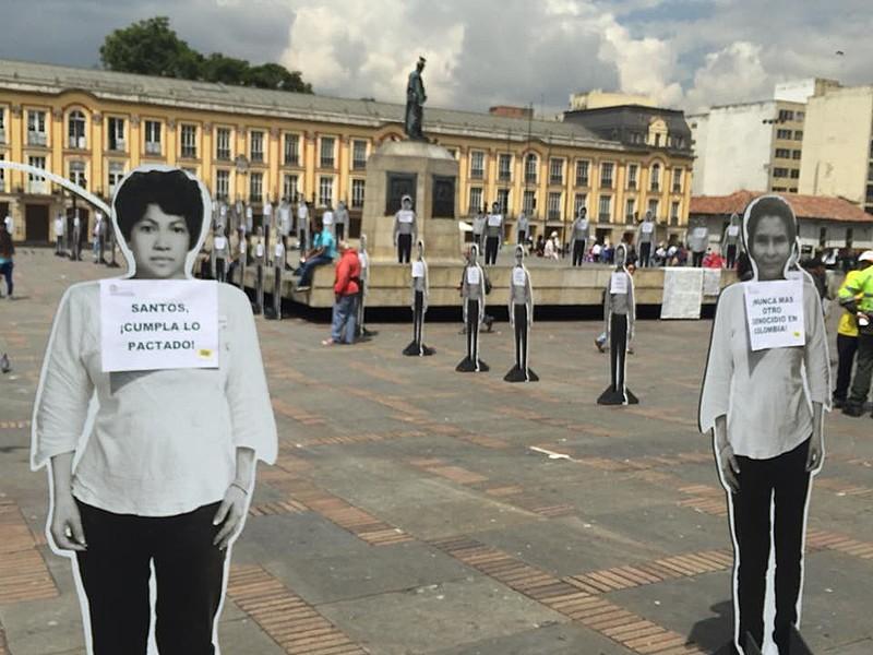 No último dia 24, na Praça Bolívar, em Bogotá, ativistas relembraram o primeiro ano de assinatura dos acordos de paz com as FARC