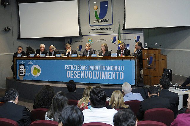 La oposición lanzó, el martes último (13), el Frente Parlamentario en Defensa de los Bancos Públicos